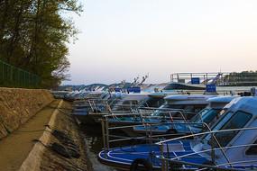 南湾湖归港的游艇
