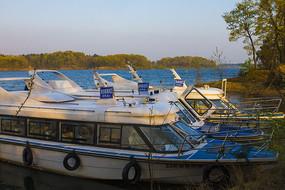 南湾湖靠岸的游艇