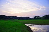 夕阳下的草原湖泊