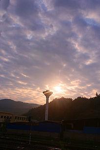 远处山顶的晨曦光芒