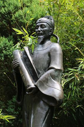 竹林背景的郭守敬铜雕像