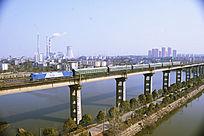 京九火车经过长江大桥图片