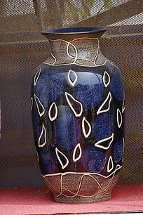 不规则图案彩绘花瓶