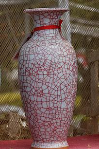 红色纹理瓷花瓶