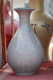 灰色花纹理花瓶