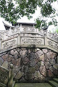 围栏下的石砌墙