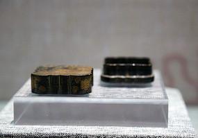 清代金狮子蝙蝠纹的方盒