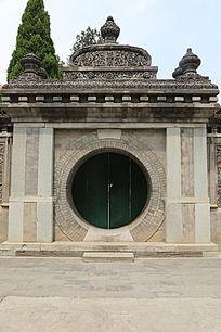 万寿寺中西合璧式样的砖雕方框圆门