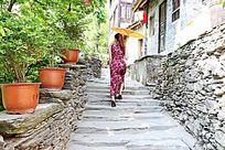蜀河古镇石板街上行走的旗袍女人