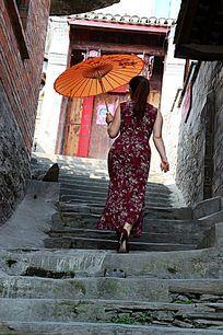蜀河老街行走的旗袍女人