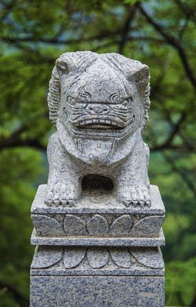 千山龙泉寺栏雕狮子石柱头