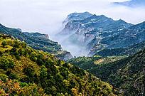 层林尽染云雾缭绕的太行山秋日美景