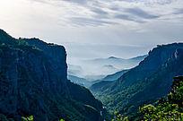 万仙山罗姐寨的山谷和云雾中的远山