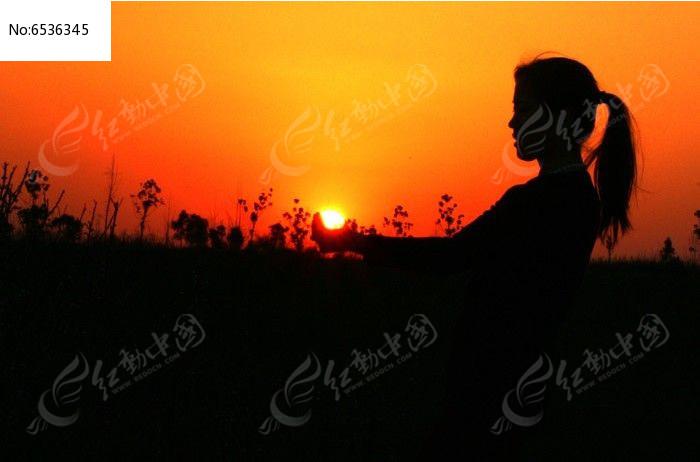 乡村女子与落日图片