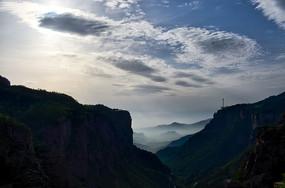 阳光下的万仙山罗姐寨的山谷剪影和远山