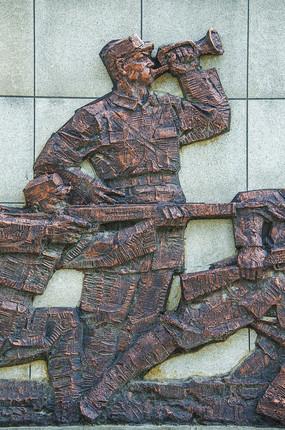 鞍山烈士陵园解放战争吹号员全身像浮雕