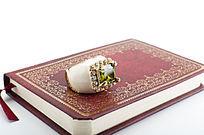 书籍底部复古戒指