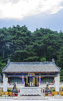 千山太和宫财神殿与蓝天白云