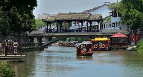 水乡小镇的廊桥