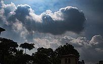 蓝色天空下遮挡太阳的白云