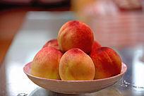 一盘水蜜桃