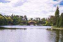 清澈的湖面和湖面的小桥