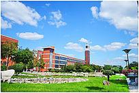 蓝天白云下的建筑