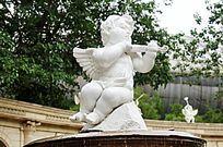 拉小提琴的小天使雕塑