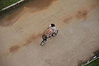 骑单车的美女图片