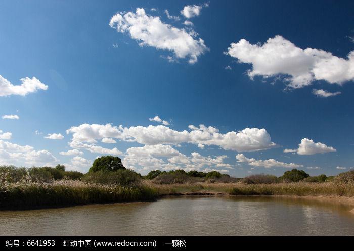 湿地湖泊蓝天白云图片