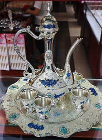 嵌蓝花图案的银制酒具