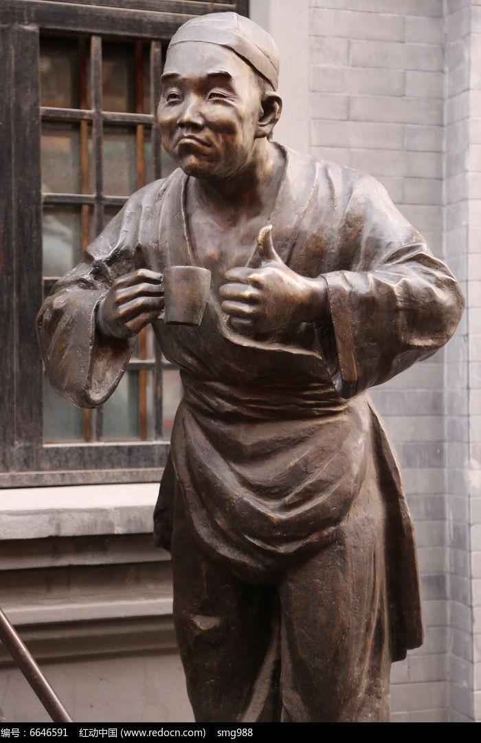铜雕敲大拇指的古代人物雕像图片