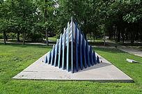 蓝色片组合的水利工程雕像