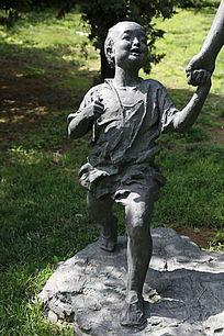 铜雕昂首阔步的小男孩