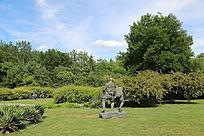 蓝天草地中的铜雕像