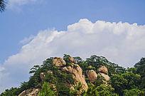 千山天成弥勒大佛山峰与蓝天白云
