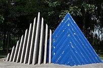 石片组合的水利工程雕像