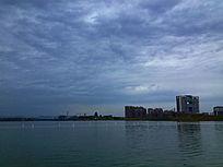 乌云笼罩下的海边城市