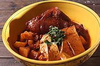 肘子土豆焖豆腐