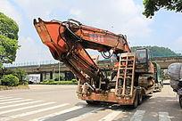 装载挖掘机的大卡车