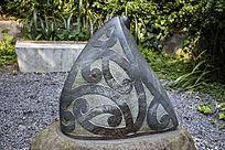 雕刻花纹的石头