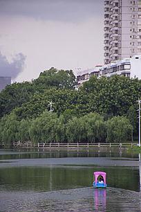 公园湖泊上的游艇游船