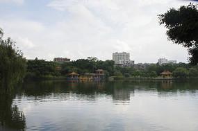 公园里的湖泊风光