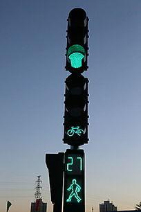 蓝天背景的红绿灯绿灯