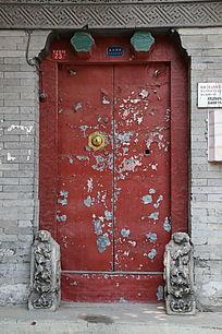 老四合院斑斑的红色大门