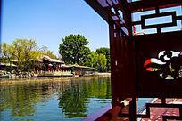 清澈碧绿的湖水高清摄影图