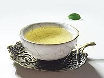 一杯黄色的普洱茶