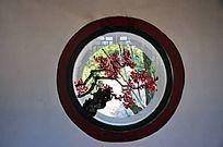 圆形绘梅花木窗