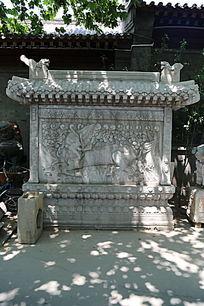 雕麒麟图案的图案石牌坊