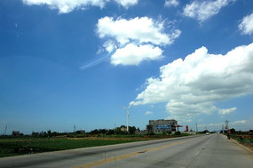 蓝天白云草坪